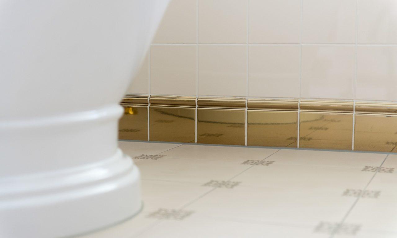 Badkamer met een gouden randje